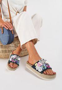 Renee - Granatowe Klapki Melovere. Kolor: niebieski. Materiał: materiał. Wzór: kwiaty, aplikacja, kolorowy. Sezon: lato