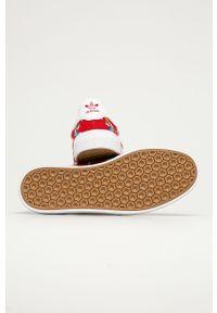 Czerwone niskie trampki adidas Originals z okrągłym noskiem, z cholewką, z motywem z bajki