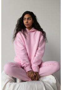Marsala - Bluza z kapturem w kolorze BARBIE PINK - CARDIFF BY MARSALA. Okazja: na co dzień. Typ kołnierza: kaptur. Materiał: dresówka, dzianina, elastan, bawełna. Styl: casual