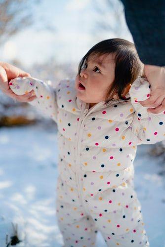 dziecko w zimowym kombinezonie