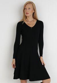 Born2be - Czarna Sukienka Perreos. Kolor: czarny. Materiał: dzianina, prążkowany. Długość rękawa: długi rękaw. Wzór: jednolity. Styl: klasyczny, elegancki. Długość: mini