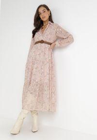 Born2be - Różowa Sukienka Azrael. Kolor: różowy. Długość rękawa: długi rękaw. Wzór: kwiaty, aplikacja, nadruk. Typ sukienki: kopertowe. Długość: maxi