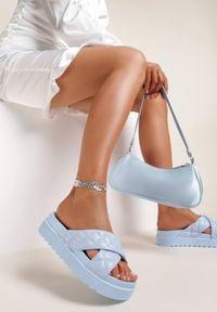 Renee - Niebieskie Klapki Laonise. Nosek buta: otwarty. Kolor: niebieski. Materiał: guma. Wzór: paski. Obcas: na platformie