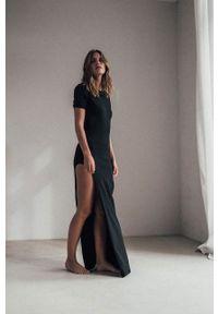 MUUV - Sukienka Side Slit. Okazja: na co dzień. Kolor: czarny. Materiał: bawełna, elastan. Długość rękawa: krótki rękaw. Typ sukienki: proste. Styl: casual