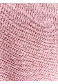 Różowy sweter TOP SECRET biznesowy, w kolorowe wzory