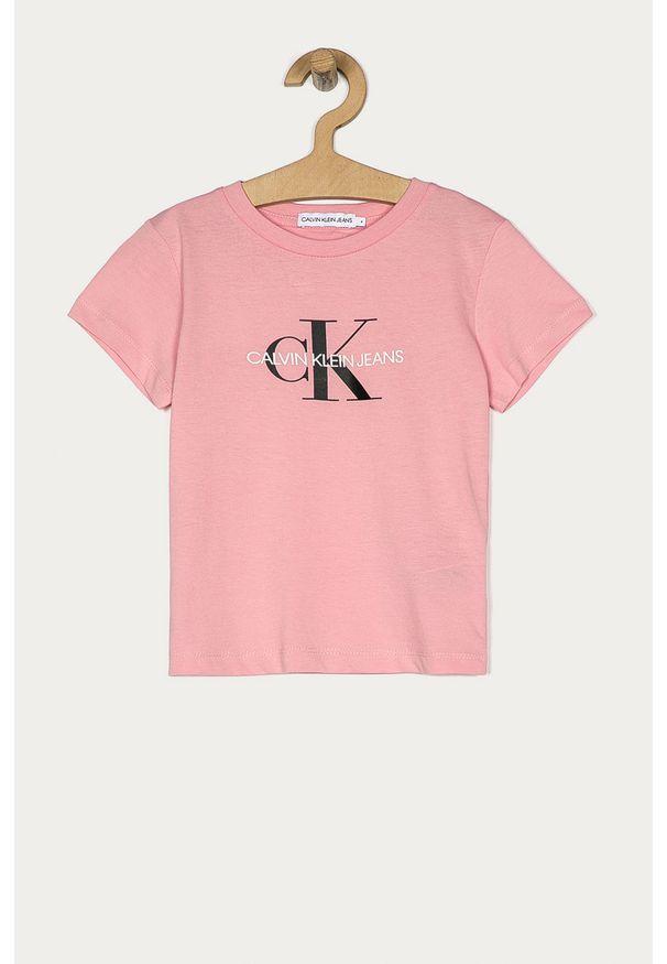 Różowy t-shirt Calvin Klein Jeans casualowy, z nadrukiem, na co dzień
