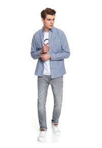 TOP SECRET - Koszula z tkaniny oksford o komfortowym kroju. Okazja: na co dzień. Kolor: niebieski. Materiał: tkanina. Długość rękawa: długi rękaw. Długość: długie. Wzór: kratka. Sezon: jesień, zima. Styl: klasyczny, casual