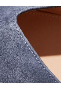 GIANVITO ROSSI - Niebieskie szpilki Paris. Kolor: niebieski. Materiał: zamsz. Obcas: na szpilce. Styl: klasyczny, elegancki