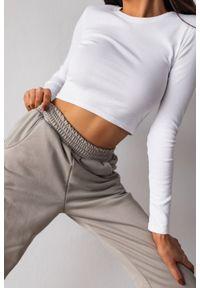 Marsala - Top o skróconym kroju z długim rękawem w kolorze ALL WHITE - CRISP BY MARSALA. Materiał: elastan, materiał, bawełna, dresówka, jeans, prążkowany. Długość rękawa: długi rękaw. Długość: długie