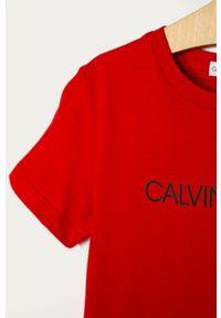 Czerwony t-shirt Calvin Klein Jeans casualowy, na co dzień, z nadrukiem