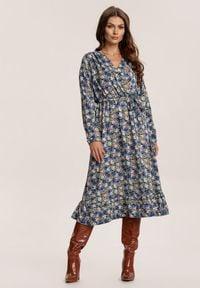 Renee - Granatowa Sukienka Zellvia. Kolor: niebieski. Materiał: materiał. Długość rękawa: długi rękaw. Wzór: kwiaty, nadruk, kolorowy. Typ sukienki: kopertowe. Długość: midi