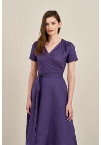 Marie Zélie - Sukienka Duilin lniana fioletowa. Kolor: fioletowy. Materiał: len. Długość rękawa: krótki rękaw. Typ sukienki: kopertowe. Styl: klasyczny