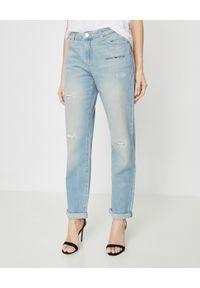 Emporio Armani - EMPORIO ARMANI - Niebieskie jeansy z przetarciami. Stan: podwyższony. Kolor: niebieski. Wzór: napisy, nadruk, aplikacja. Sezon: wiosna. Styl: klasyczny, sportowy