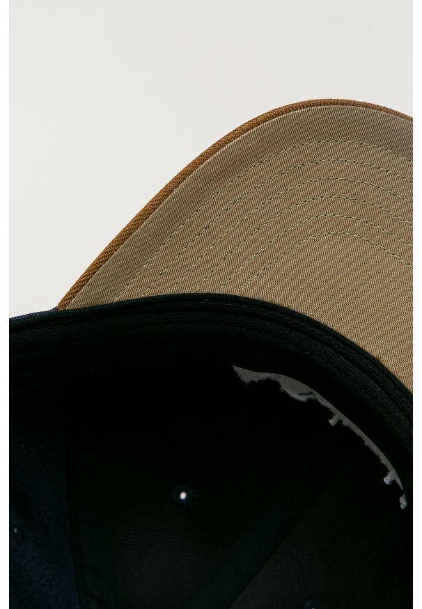 Niebieska czapka z daszkiem columbia z aplikacjami