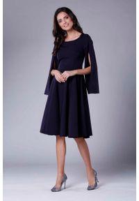 Nommo - Granatowa Sukienka Midi z Wirującym Dołem i Rozciętym Rękawem. Kolor: niebieski. Materiał: wiskoza, poliester. Długość: midi