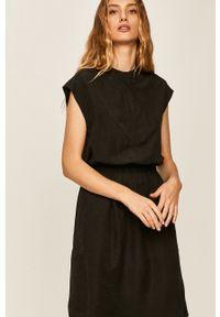 Answear - Sukienka Answear Lab. Typ kołnierza: kołnierzyk stójkowy. Kolor: czarny. Materiał: tkanina. Typ sukienki: rozkloszowane. Styl: wakacyjny