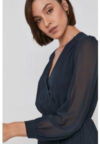 Pepe Jeans - Sukienka Susy. Okazja: na co dzień. Kolor: czarny. Materiał: tkanina. Długość rękawa: długi rękaw. Wzór: gładki. Typ sukienki: proste, plisowane, asymetryczne. Styl: casual