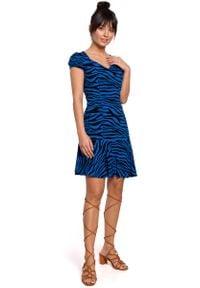 MOE - Wzorzysta Sukienka z Dekoltem w Serce - Chabrowa. Kolor: niebieski. Materiał: wiskoza