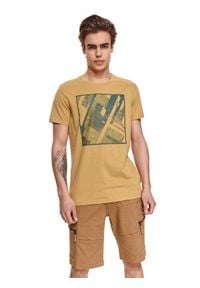 TOP SECRET - T-shirt z nadrukiem. Okazja: na co dzień. Kolor: oliwkowy. Materiał: tkanina, bawełna. Długość rękawa: krótki rękaw. Długość: krótkie. Wzór: nadruk. Sezon: lato. Styl: casual, wakacyjny, klasyczny