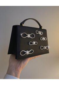 MACH&MACH - Czarna satynowa torebka z kryształami. Kolor: czarny. Wzór: aplikacja. Dodatki: z kokardką. Styl: wizytowy, klasyczny