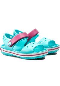 Niebieskie sandały Crocs klasyczne, w kolorowe wzory