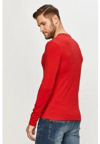 Guess - Longsleeve. Okazja: na co dzień. Kolor: czerwony. Materiał: dzianina. Długość rękawa: długi rękaw. Wzór: gładki. Styl: casual