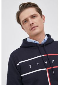 TOMMY HILFIGER - Tommy Hilfiger - Bluza bawełniana. Okazja: na co dzień. Typ kołnierza: kaptur. Kolor: niebieski. Materiał: bawełna. Wzór: nadruk. Styl: casual