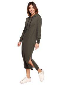 BE - Dłuższa bawełniana sukienka midi z kapturem zieleń khaki. Typ kołnierza: kaptur. Kolor: brązowy. Materiał: bawełna. Typ sukienki: sportowe. Styl: sportowy. Długość: midi