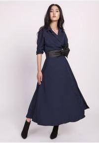 e-margeritka - Sukienka midi rozkloszowana granatowa - 42. Kolor: niebieski. Materiał: materiał, skóra, poliester. Typ sukienki: kopertowe, rozkloszowane. Styl: elegancki. Długość: midi