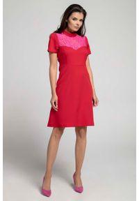 Czerwona sukienka wizytowa Nommo wizytowa, w koronkowe wzory
