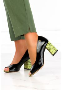 Maciejka - Czarne czółenka maciejka lakierowane peep toe na ozdobnym słupku polska skóra 05045-01/00-1. Nosek buta: otwarty. Kolor: czarny. Materiał: lakier, skóra. Obcas: na słupku