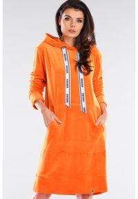 Awama - Bluzowa sukienka midi kangurka z kapturem welurowa pomarańcz. Typ kołnierza: kaptur. Materiał: welur. Długość: midi