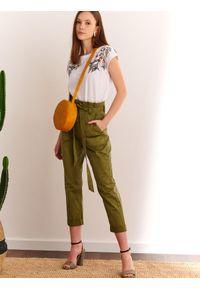Brązowe spodnie TOP SECRET na co dzień, casualowe, na wiosnę, w kolorowe wzory