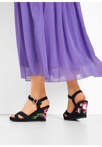 Sandały na koturnie bonprix czarny. Kolor: czarny. Wzór: haft. Obcas: na koturnie