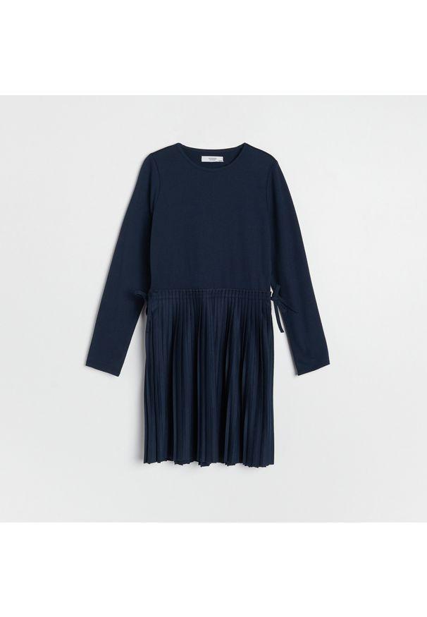 Reserved - Sukienka z plisowanym dołem - Granatowy. Kolor: niebieski