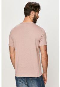 Champion - T-shirt. Okazja: na co dzień. Kolor: różowy. Materiał: dzianina. Wzór: aplikacja. Styl: casual