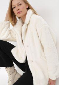 Born2be - Kremowa Kurtka Borphine. Typ kołnierza: golf. Kolor: beżowy. Materiał: jeans, futro, materiał