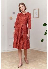 Marie Zélie - Sukienka Amariella Estrilda ceglasta. Kolor: czerwony. Materiał: bawełna, satyna, skóra, materiał. Typ sukienki: rozkloszowane