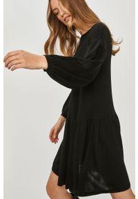 Answear Lab - Sukienka. Kolor: czarny. Materiał: dzianina. Długość rękawa: długi rękaw. Wzór: gładki. Typ sukienki: rozkloszowane. Styl: wakacyjny
