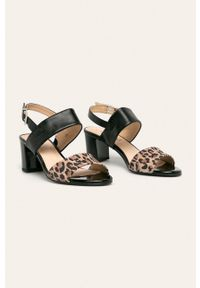 Czarne sandały Caprice na obcasie, na średnim obcasie, na klamry