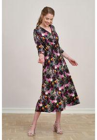 Marie Zélie - Sukienka Rita Olentia różowa. Typ kołnierza: dekolt kopertowy. Kolor: różowy. Materiał: wiskoza, dzianina, materiał, elastan, tkanina. Długość rękawa: krótki rękaw. Wzór: kwiaty. Sezon: jesień. Typ sukienki: proste, kopertowe