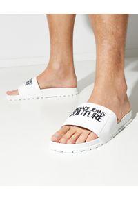Versace Jeans Couture - VERSACE JEANS COUTURE - Białe klapki z logo. Kolor: biały. Materiał: guma. Obcas: na płaskiej podeszwie
