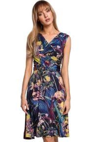 MOE - Lekko rozkloszowana sukienka w kwiaty kopertowy dekolt. Typ kołnierza: dekolt kopertowy. Materiał: elastan, dzianina. Wzór: kwiaty. Sezon: lato. Typ sukienki: kopertowe