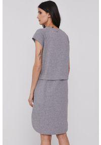 DKNY - Dkny - Sukienka. Okazja: na co dzień. Kolor: szary. Materiał: koronka. Długość rękawa: krótki rękaw. Typ sukienki: proste. Styl: casual