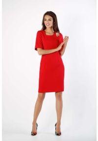 Nommo - Czerwona Dopasowana Sukienka z Dekoracyjną Łezką na Ramieniu. Kolor: czerwony. Materiał: wiskoza, poliester