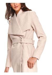 TOP SECRET - Elegancki taliowany płaszcz z szerokimi klapami. Okazja: do pracy, na co dzień. Kolor: różowy. Materiał: materiał. Sezon: zima. Styl: elegancki
