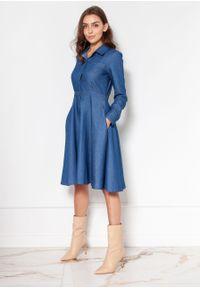 e-margeritka - Sukienka jeansowa rozkloszowana na guziki - 40. Okazja: do pracy. Typ kołnierza: kołnierzyk klasyczny. Materiał: jeans. Sezon: jesień, wiosna, zima. Typ sukienki: rozkloszowane. Styl: klasyczny, elegancki
