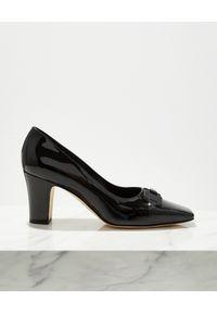 MANOLO BLAHNIK - Lakierowane buty na słupku Gona. Okazja: na co dzień. Zapięcie: klamry. Kolor: czarny. Materiał: lakier. Wzór: aplikacja. Obcas: na słupku. Styl: klasyczny, casual