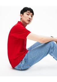 Lacoste - LACOSTE - Czerwony t-shirt polo z logo Regular Fit. Typ kołnierza: polo. Kolor: czerwony. Materiał: bawełna, prążkowany. Wzór: haft