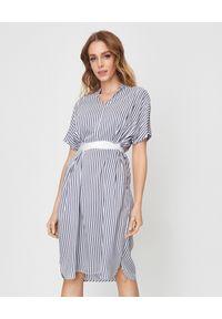 PESERICO - Sukienka w paski. Kolor: biały. Materiał: jedwab, wiskoza. Wzór: paski. Sezon: lato. Typ sukienki: oversize. Styl: elegancki